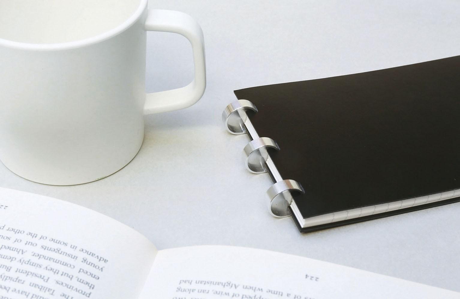 指で押しはめる、手で引き抜くという簡単な操作でページの着脱ができる、ディスクバインド方式のノート。